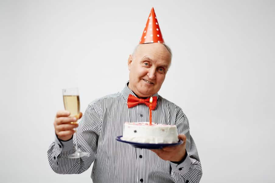 Ældre mand der har fødselsdag