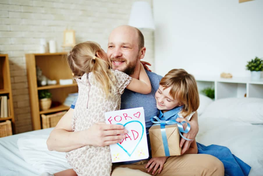 Far der modtager en gave af sine døtre på fars dag