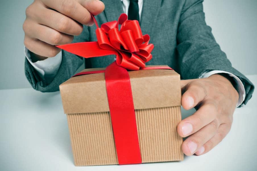 Mand der åbner gave