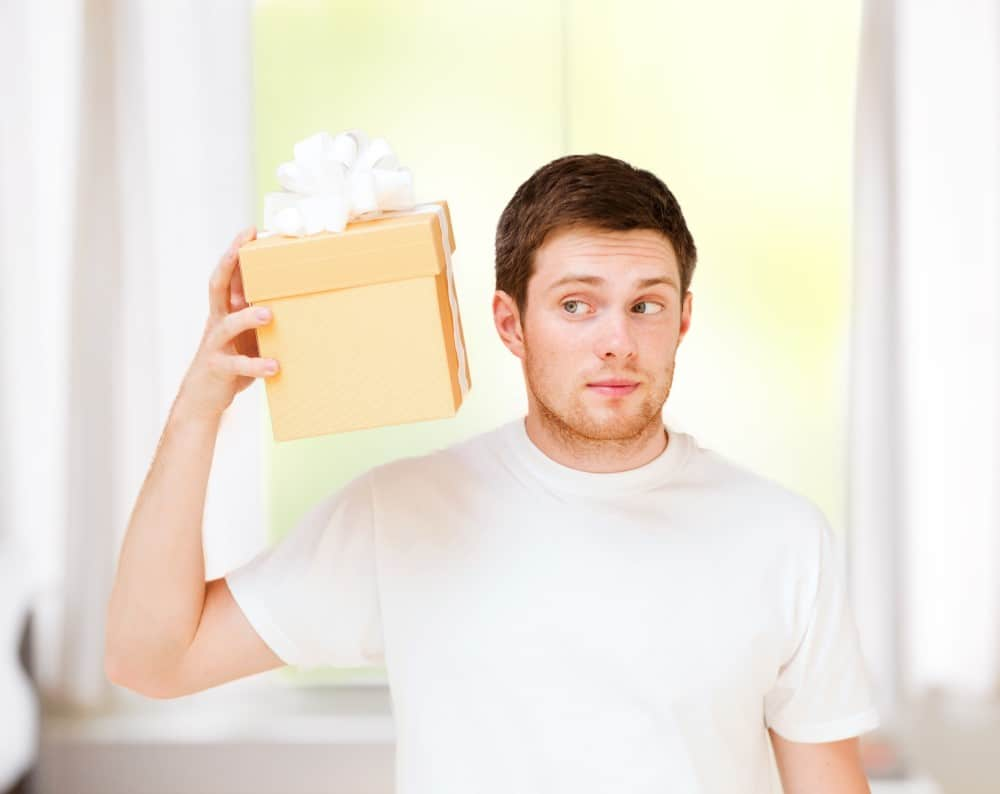 Mand der undersøger sin gave