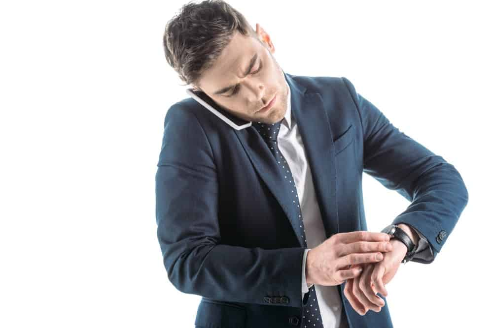 Forretningsmand der kigger på sit ur