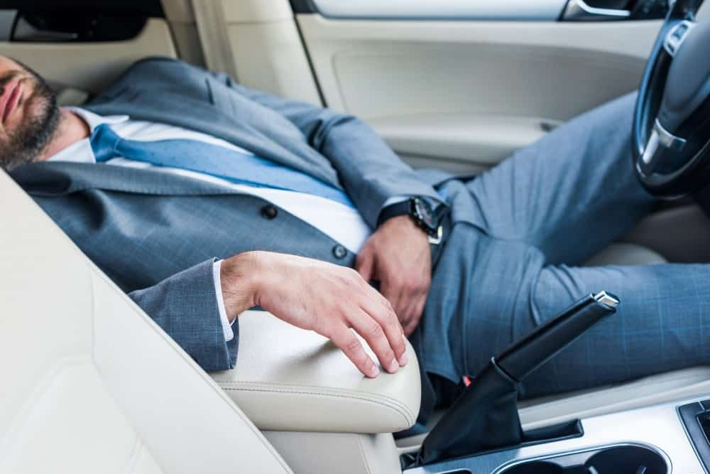 Mand der sover i sin bil