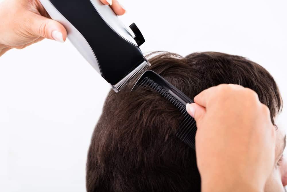 Mand der får trimmet hår